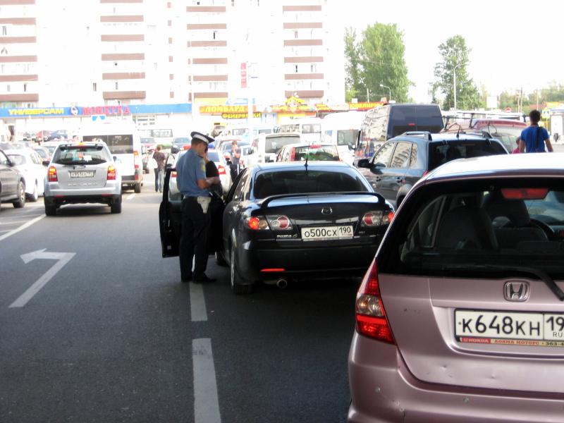 Девочку трахают за деньги на обочине возле машины