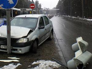 Водитель такси сбил светофор