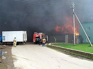 Горящий склад на Ленинградке тушат тремя вертолетами