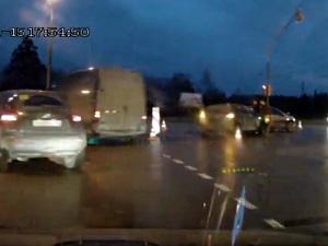 Водитель-нарушитель врезался в машину с двумя детьми