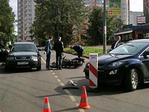Подросток-мотоциклист столкнулся с двумя машинами в 1-м микрорайоне