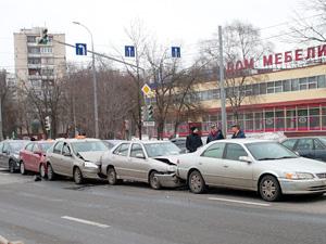 На Панфиловском проспекте собрался «паровозик» из пяти машин