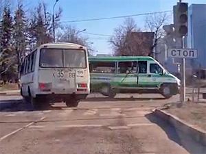 Автобус едва не опрокинул маршрутку у «Березки»