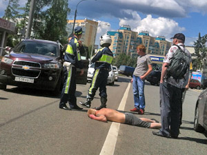 Пьяный пешеход выбежал под машину на улице Юности
