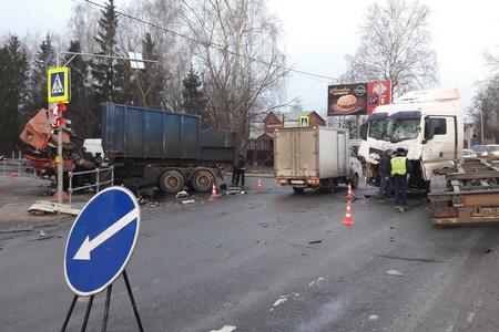 В столице России столкнулись два грузового автомобиля. Пострадали два человека