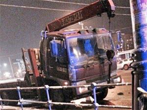 Автомобиль сбил водителя сломавшегося грузовика-манипулятора и скрылся