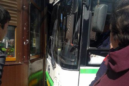 На Крюковской площади автобус без водителя врезался в магазин