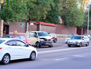Фургон протаранил кроссовер на Панфиловском проспекте