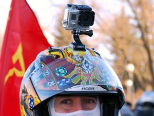 Подследственный украл видеорегистратор с головы мотоциклиста