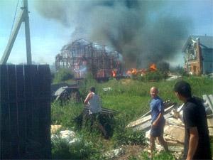 В Брехово горят жилые дома и хозпостройки