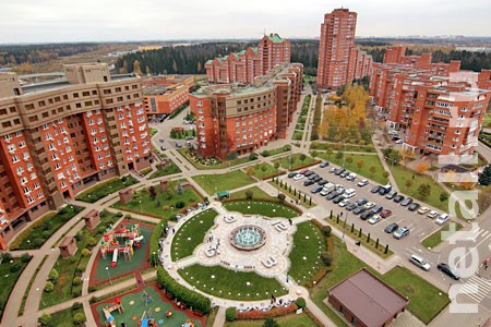 В МЖК открыли Площадь часов с цветомузыкальным фонтаном