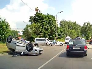 У ресторана «Макдоналдс» перевернулся автомобиль