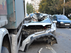 Легковушка протаранила грузовик на Сосновой аллее