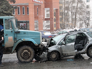 У «Банка Москвы» легковушка влетела «в лоб» грузовику