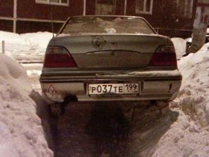 Зима! Машины, торжествуя, прохожим преграждают путь