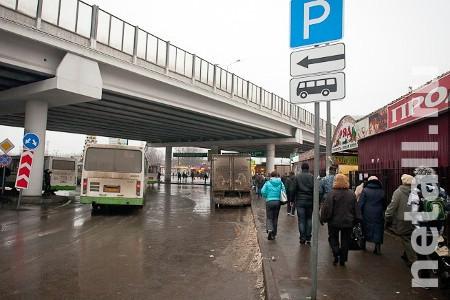 Рынок выразил готовность сдвинуть павильоны на узком тротуаре у станции Крюково