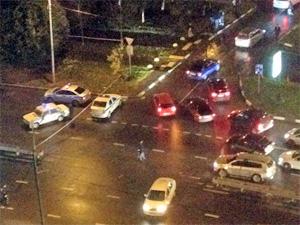 Спецслужбы проверяют на наличие взрывчатки автомобиль на улице Логвиненко