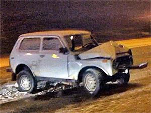 «Нива» разбилась о столб на Кутузовском шоссе