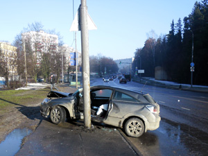 У 65-й поликлиники автомобиль врезался в столб