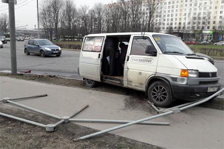 Фургон протаранил дорожное ограждение на Центральном проспекте