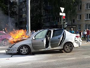 В ДТП на Солнечной аллее загорелась машина