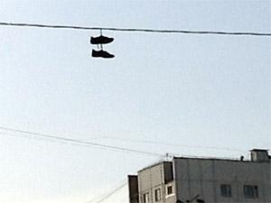 Обувь на проводах: немой укор коммунальщикам или «черная метка»?