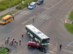 Семья с ребенком пострадала в аварии с автобусом