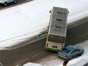 Попавший в ДТП автобус заблокировал улицу Андреевка