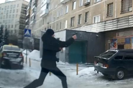 Очевидец снял на видео погоню со стрельбой в 8-м микрорайоне