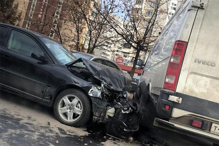 Нетрезвый водитель протаранил несколько машин на улице Каменке
