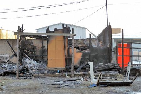 В сгоревшей бытовке в Менделеево нашли два тела