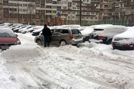 В префектуре посетовали на трудности с уборкой снега из-за припаркованных во дворах машин