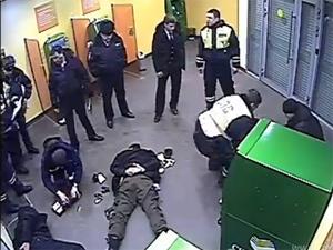 Опубликовано видео избиения клиентов «Сбербанка» инспекторами ДПС