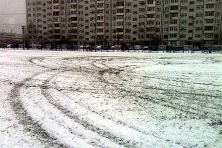 Вандалы на квадроциклах испортили новый газон на стадионе в Андреевке