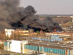 В Северной промзоне из-за крупного пожара обрушилась кровля склада