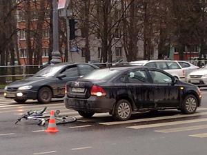 У «Дома быта» машина сбила 14-летнего велосипедиста