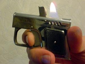 Грабительница угрожала продавщице зажигалкой