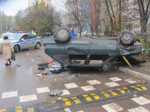 Перевернувшийся автомобиль с пьяным водителем сбил пешехода на тротуаре