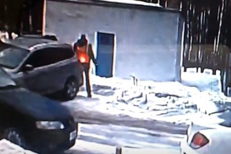 Автомобилистка несколько раз умышленно наехала на дворника в 8-м микрорайоне