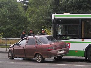 На Панфиловском проспекте автобус развернул «десятку»