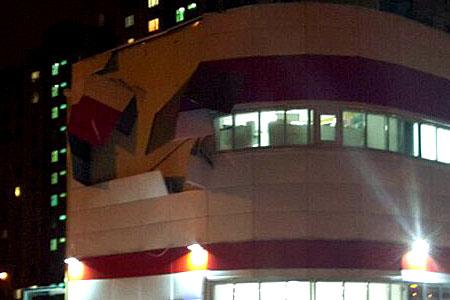 Ветер сорвал облицовку с фасада магазина «Магнит» в 16-м микрорайоне