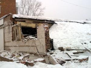 В рухнувшем здании найден газовый баллон