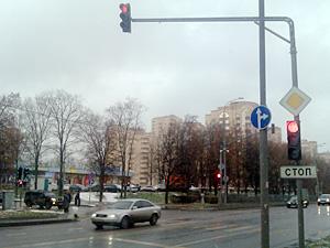 На перекрестке с отмененными левыми поворотами изменили режим светофора