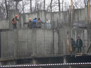 Строителей оштрафуют за работу без касок и приставные лестницы
