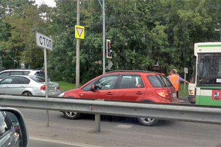 Две девушки пострадали в ДТП с автобусом на выезде с Крюковской площади