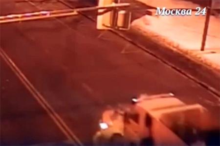 Пассажир пострадал при столкновении самосвала и такси на Сосновой аллее