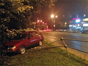 Сломавшего забор водителя накажут за уход с места ДТП