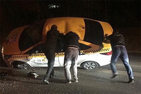 Такси перевернулось из-за открытого люка на Панфиловском проспекте