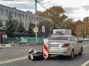 Двое пьяных на мотоцикле врезались в такси у здания УВД