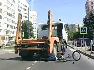 Сбитой мусоровозом велосипедистке грозит инвалидность и требуются деньги на лечение